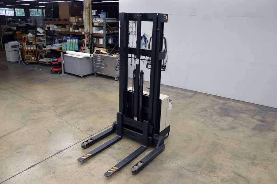 CROWN WS Electric Fork LIft w/ General Series Battery Charger