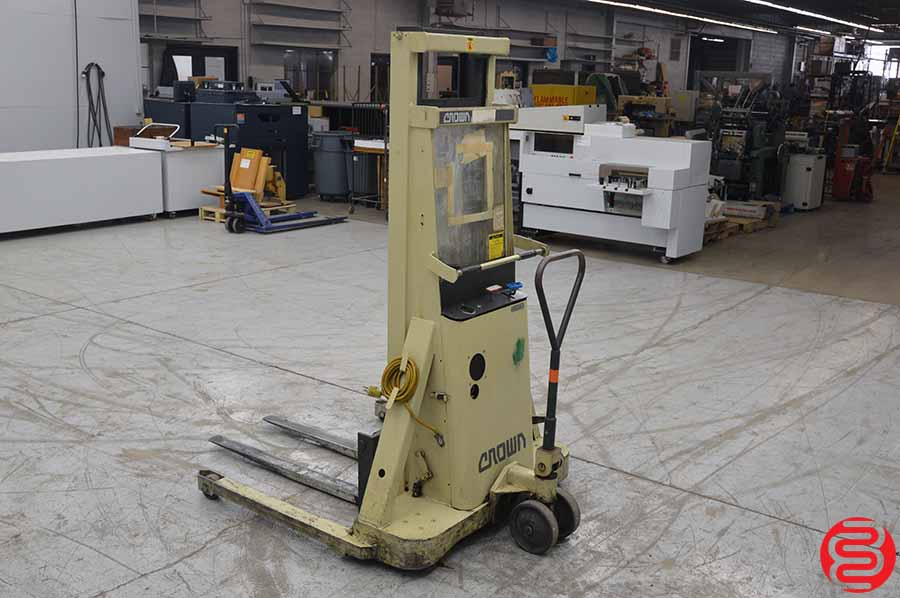 Crown 20BT 2000 LB Straddle Stacker